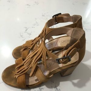 SOLE/SOCIETY DELILAH block hill honey gold suede 7